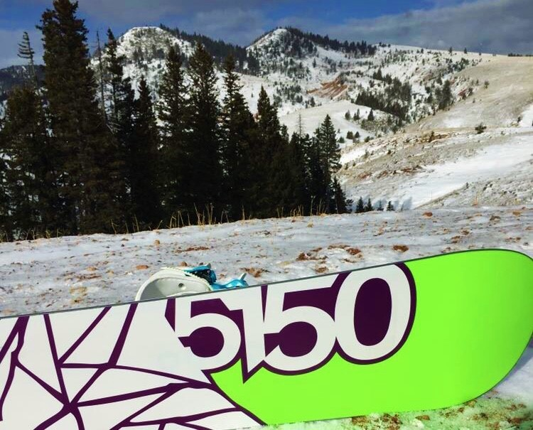 Sophomore+Madi+Fields+captures+the+aesthetic+beauty+of+a+snowboard+fixed+on+a+hill+in+the+mountains.