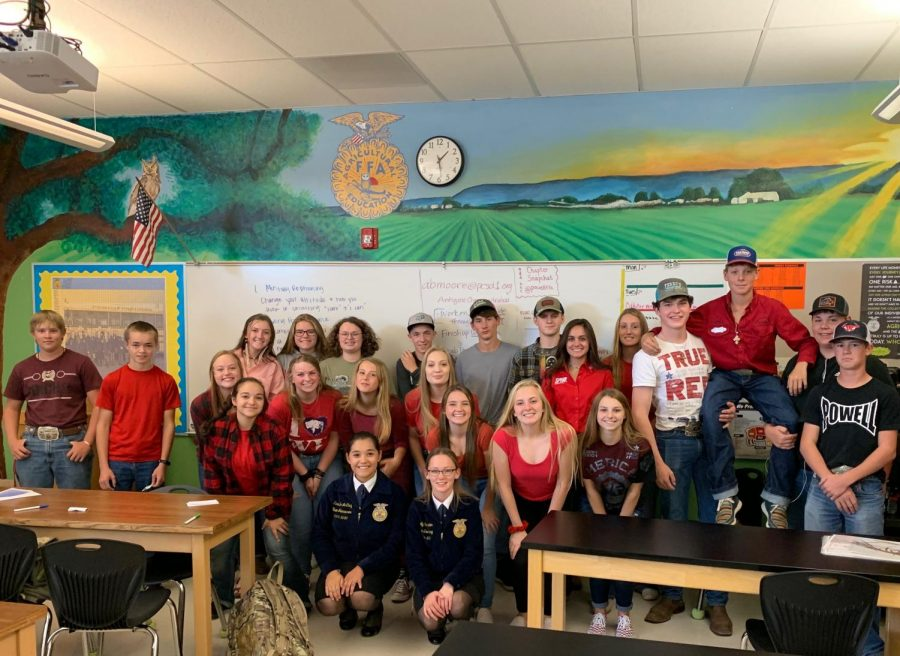 The 5th period agriculture class poses for a picture with the visiting FFA state officers.