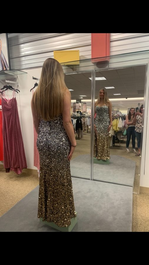 PHS+junior+Sarah+Dunkerley+is+trying+on+her+sparkly+dress+in+the+Billings+Dillards+for+Powell%E2%80%99s+prom.+