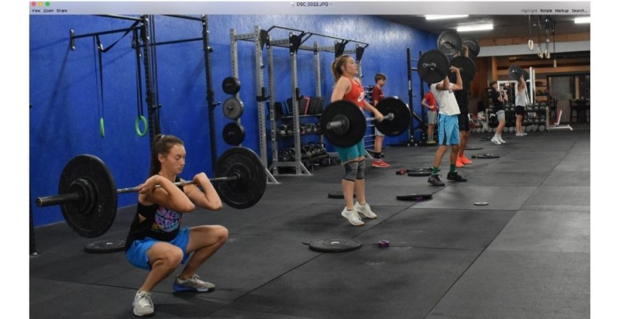 %28From+left%29+Eighth+grader+Saige+Kidd%2C+sophomore+Maddie+Campbell+and+eighth+graders+Evan+Whitlock+and+Alex+Jordan+demonstrate+the+four+stages+of+a+squat+clean.